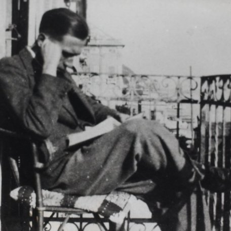 Rhys Davies on holiday in Final Marina, 1930: Image 4